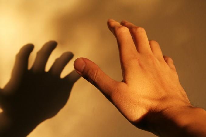 手を伸ばす