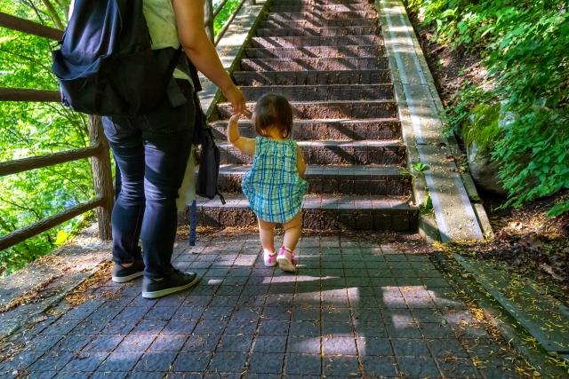 階段を昇る親子