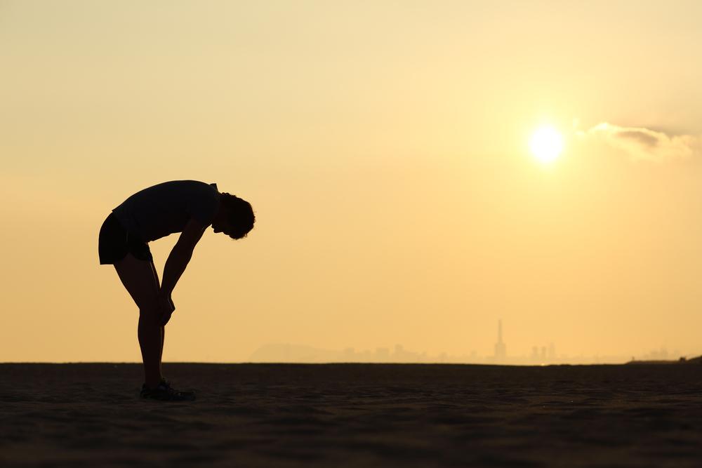 走る男性と夕日