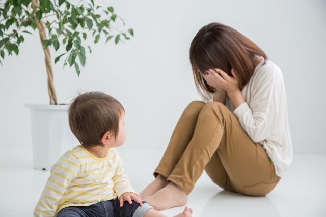泣く女性と子供