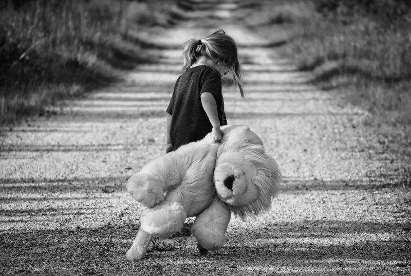 クマのぬいぐるみを持つ少女