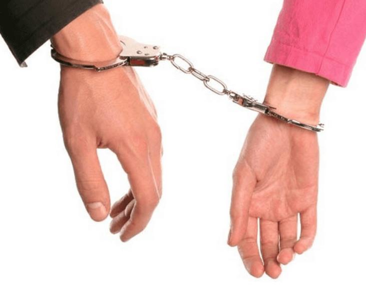 手錠で繋がれた男女